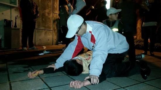 """""""台联青年军""""27日夜袭马英九官邸泼漆,图为维安人员将一名抗议者扑倒在地,网友戏称""""地板咚"""""""