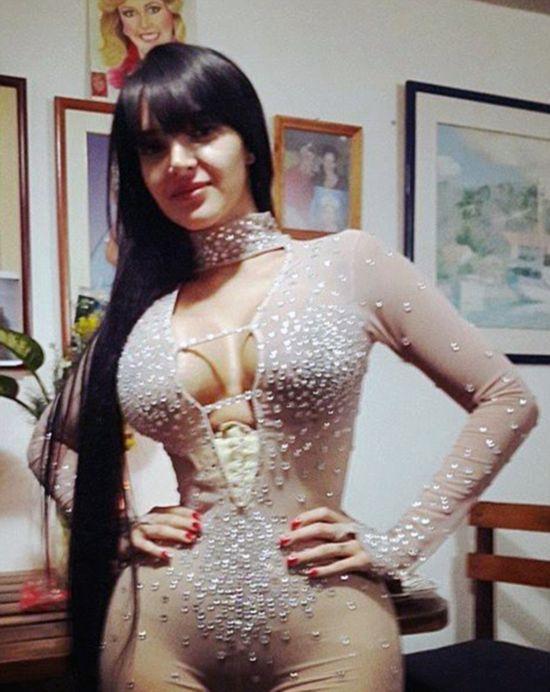 女模穿紧身胸衣塑形 腰围仅15寸图