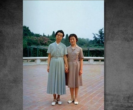 1991年5月14日,在北京保外就医的江青在其住地自杀身亡。图为江青与张玉凤。