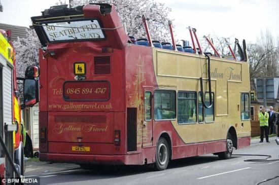 """英国一载70学生双层巴士撞桥车顶被""""切"""""""