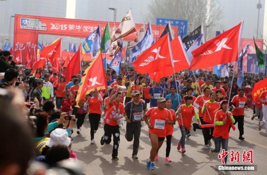 导盲犬带15位盲人跑郑开国际马拉松
