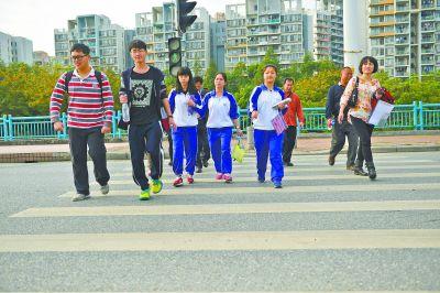 特殊学校的老师带着学生们奔赴考场.-沉默世界的高考