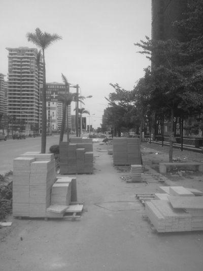 建筑材料堆人行道上 海口一市民称阻碍通行
