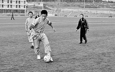 少林小子踢足球照片风靡网络 网友:冲进世界杯?
