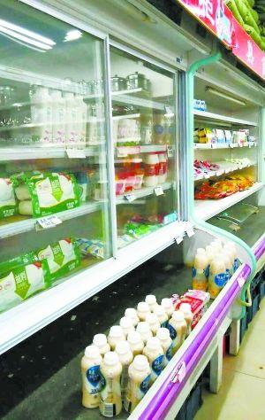 超市里的味全被放在了低温冷藏柜,但是冷藏柜却并未插电,与常温条件无异。
