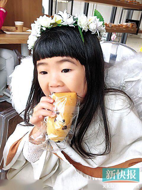 曹格妻子晒爱女吃早餐萌照大口咬面包(图)