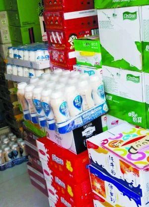 批发市场商贩将味全随意放在屋内销售,没有任何低温保障。
