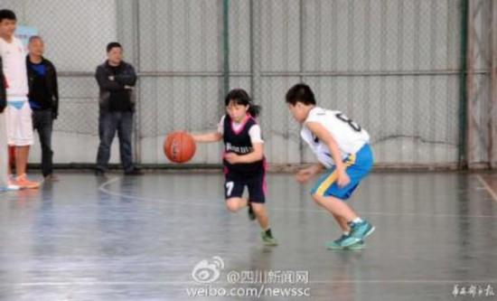 绵阳12岁同学打女孩问题走红视频完爆男女生的问篮球球技不好意思图片