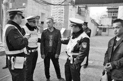 郑州一面包车4年未审车 司机一路闯灯打俩交警