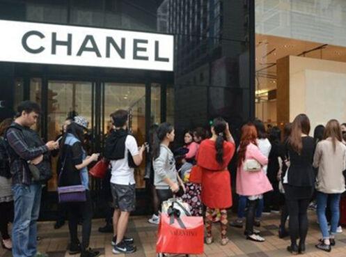 p79-近日中国内地香奈儿门店宣布降价消息后消费者蜂拥而至