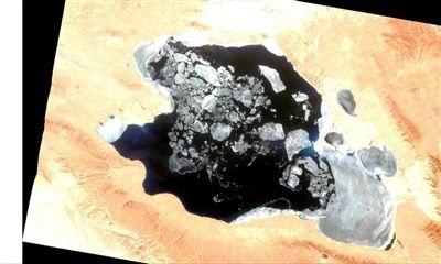 天气转暖 青海湖大面积解冻