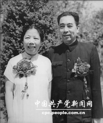 1950年,周恩来与邓颖超结婚二十五周年纪念照。