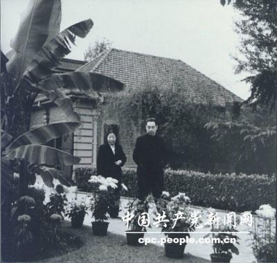 邓颖超和周恩来工作之余,在园中散步。