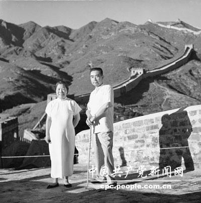 1955年,邓颖超和周恩来在八达岭合影。