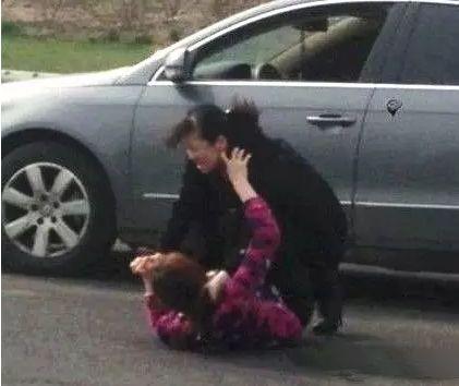 浙江醉驾女司机与酒驾女司机撞车后当街厮打