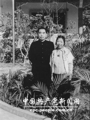 1959年1月,周恩来与邓颖超在广州合影。