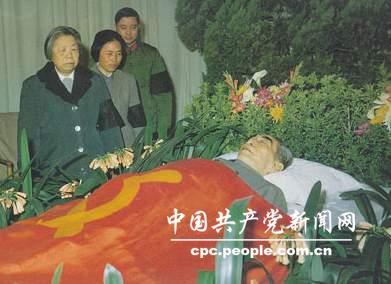 1976年1月,周恩来逝世,邓颖超作最后的诀别。
