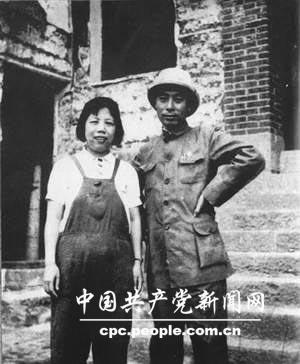 1939年5月,邓颖超和周恩来在被日本飞机轰炸后的重庆红岩八路军办事处门前留影。