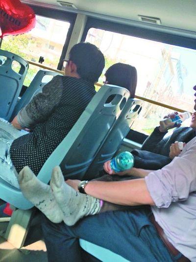 中年男女公交车上激吻半小时 女方脱掉鞋子(图)