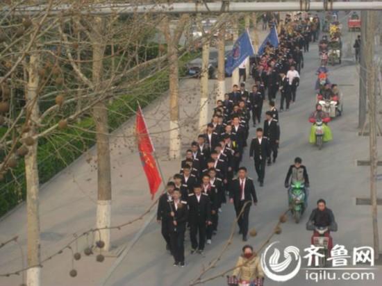 济南铁路院校学生清明节前夕徒步19公里祭扫