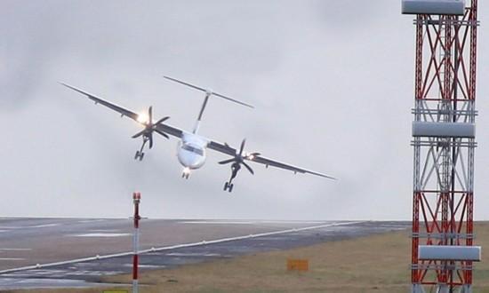 英国大风 一架客机降落时被吹起(图)