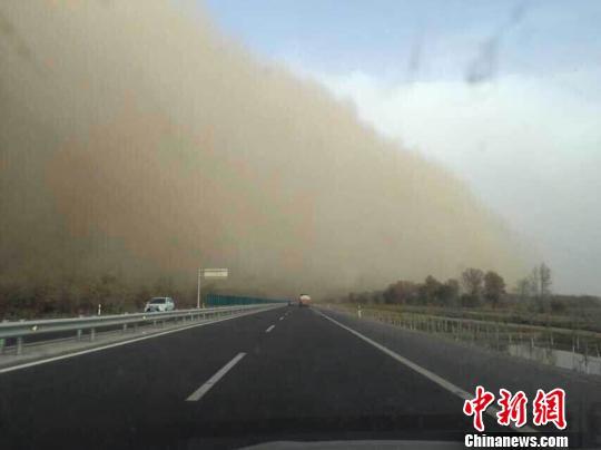 新疆塔里木发生强沙尘暴 黄沙翻卷腾涌(图)