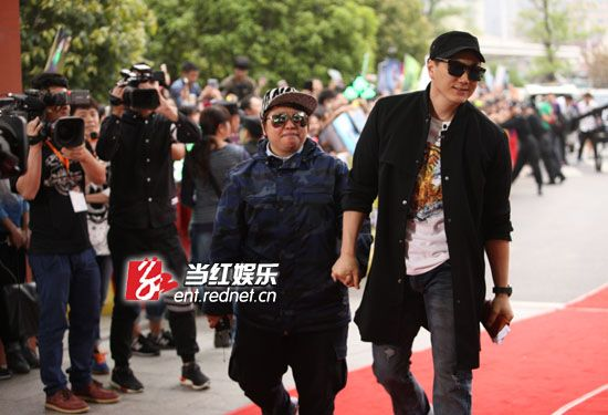 韩红与郑淳元一同亮相。