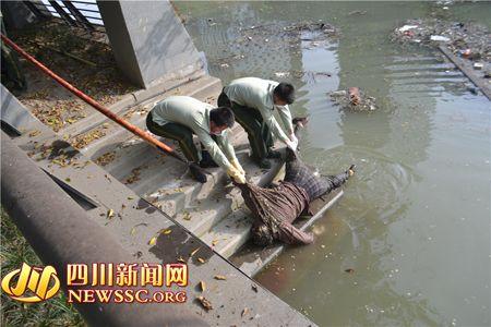 消防官兵将女性尸体抬到了岸边