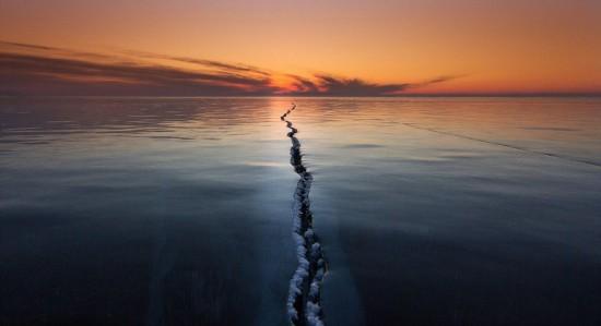 贝加尔湖出现现裂缝 数百米长宛若长龙(图)