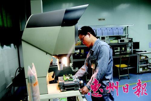 惠州大亚湾光弘科技电子有限公司技术中心工作人员正在检测产品。
