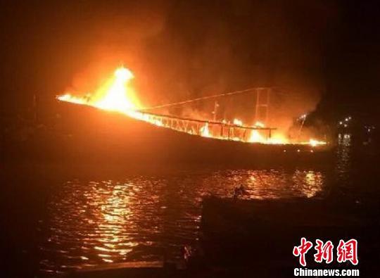 """广东湛江5渔船""""火烧连营""""逾4小时被扑灭(图)"""