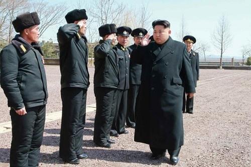 """金正恩视察海军部队 指示培养""""万能水兵"""""""
