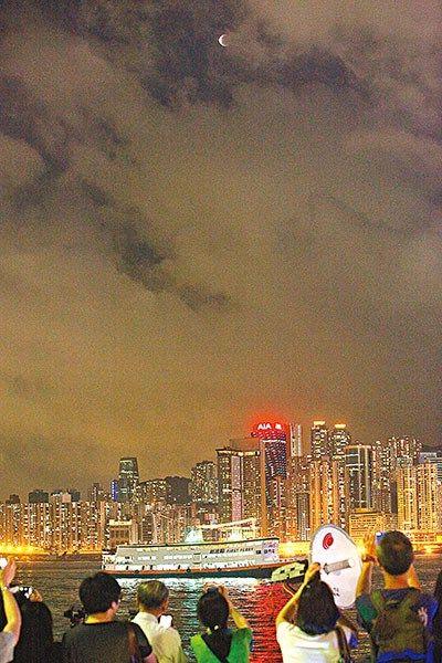 """香港市民星光大道赏""""血月""""云层较密仅见十多秒"""
