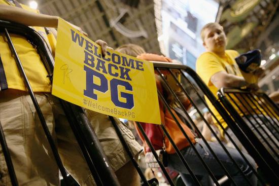 "球迷們拿著""WELCOME BACK PG""的標語"