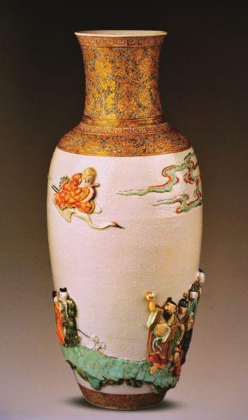 五彩贴塑八仙祝寿图瓶 清康熙 高45.1厘米 直径19.4厘米 乔治・素廷遗赠