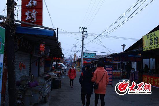 整个新合村已经演变成小社会,小饭馆、台球厅、网吧……日常所需样样俱全。