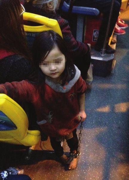 4岁女孩光著脚手拿铁链乘公交 图