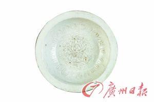 元霍州窑白釉印花荷莲双鱼纹折沿盘