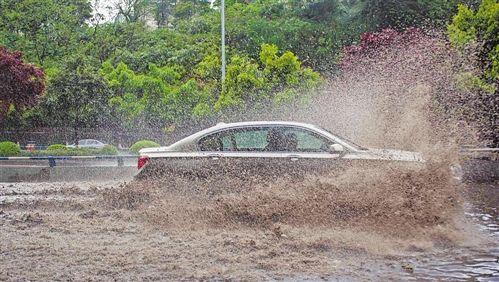 主城连续降雨引发部分道路积水
