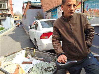 蹬著三輪在小區門口收廢品的老鄭,在接受採訪時難掩喪子之痛。新京報記者