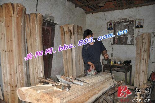 (為了陪護老婆,熊永保隻能呆在家裡加工木材。)