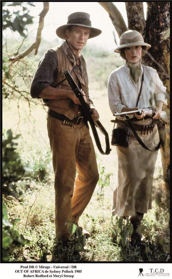 电影《走出非洲》剧照   戏服与剧情的完美贴合   另一方面,在某些电影里面,Milena Canonero 却又展现得无比理性克制:在电影《走出非洲》中,主演Meryl Streep 的装扮并不算抢眼,但却是足够的实用,透露出一种朴实的时髦质感。如果可以的话,我想要买女主角穿的所有行头。一位观众在观影结束后就曾对《纽约时报》的记者这么讲过。而《闪灵》、《烈火战车》中,Canonero 的戏服又是不露痕迹地配合着剧情,彰显出独立的力量和阴暗的吊诡。