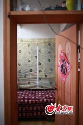房间面积不到5平方米,只能摆下一张单人床,简易衣柜不得不放在床上。