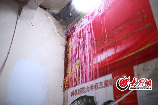 """房间的""""天窗""""是薄膜铺成,下雨漏水很正常。"""