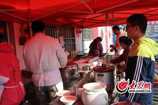 曲阜师范大学的国画教学专业的田阳(化名)准备考研,花100元在新合村租住了一个单间。图为田阳在新合村买早餐。