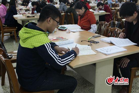 田阳在自习室复习。