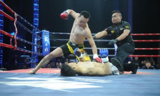 """日本拳手挑战""""东北虎"""" 23秒被KO吐鲜血(图)"""