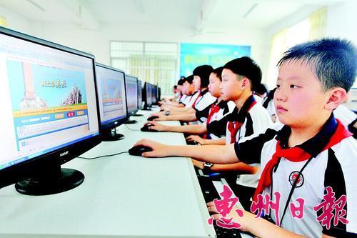 清明节期间,市富民小学学生参加网上祭英烈活动。 本报记者李松权 摄