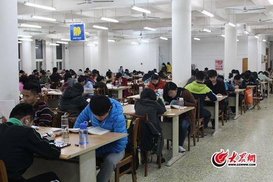 自习室内坐满了像田阳一样复习考研的大学生。