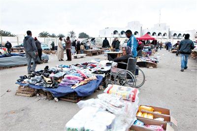 4月1日,利比亞班加西,利比亞前總統卡扎菲昔日的宮殿變成了一個市場,小販在這裡出售雜貨。